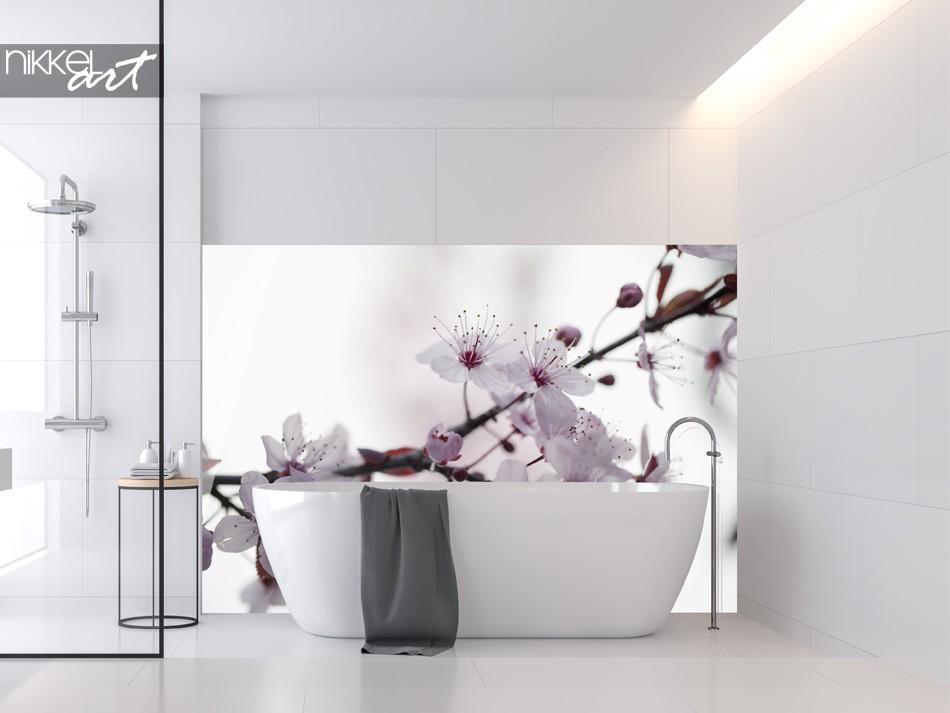 Badezimmer mit Glasrückwand Kirschblüte