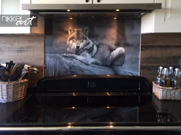 Gläserne Küchenrückwand von einem Wolf