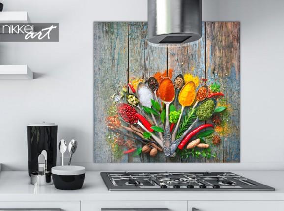 Gewürze auf Küchenrückwand