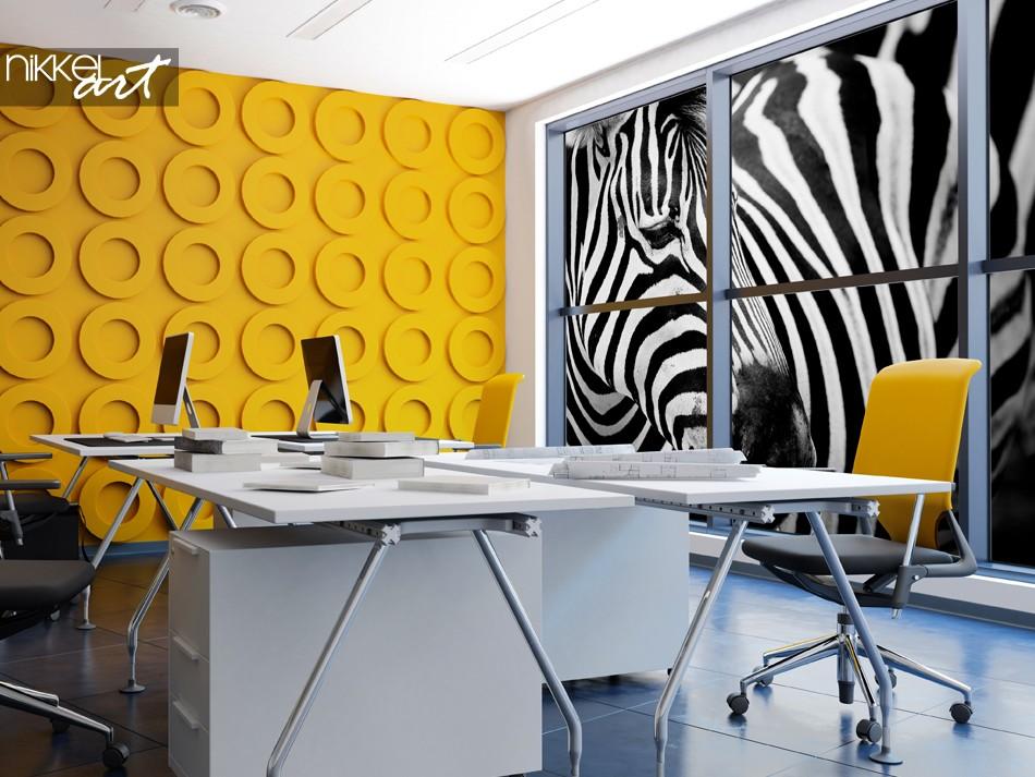 Bunter Büroraum mit Fensteraufkleber-Zebra