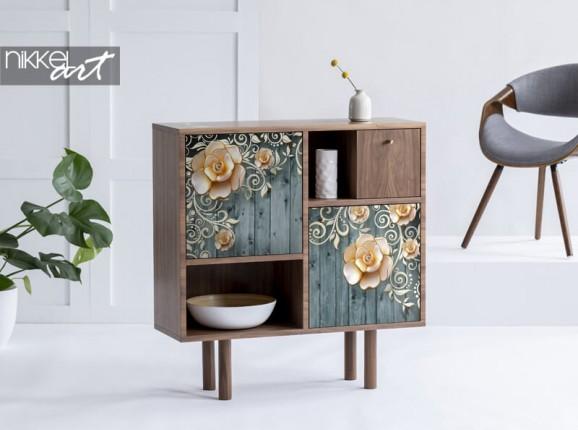 Möbelaufkleber mit Blumen auf hölzernem Hintergrund