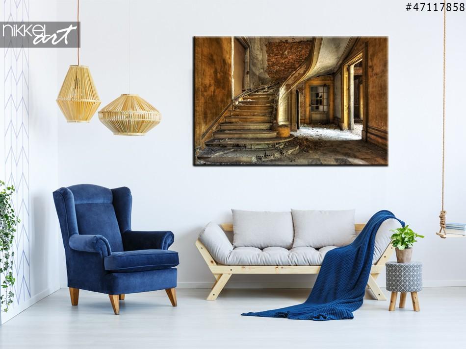 Foto auf Leinwand Alte Treppe in einer verlassenen Halle